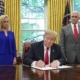 Donald Trump assina ordem executiva para manter crianças imigrantes junto aos pais