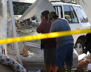 Familiares choram a morte de homem e mulher grávida em acidente na Flórida; carro desgovernado invadiu estacionamento de trailers (Foto: The Bradenton Herald, Grant Jefferies/AP)