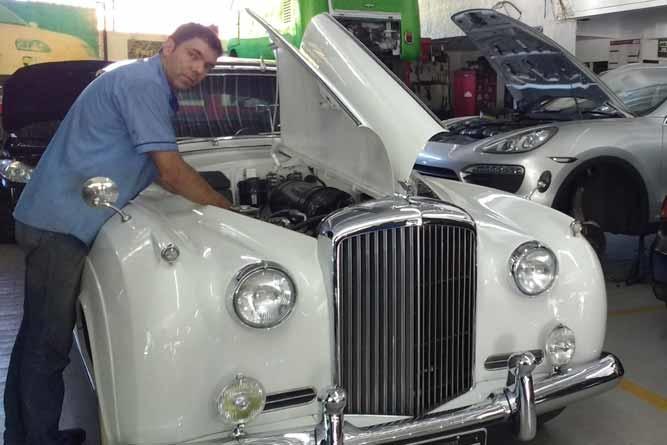 A arte de restaurar carro antigo, revela brasileiro
