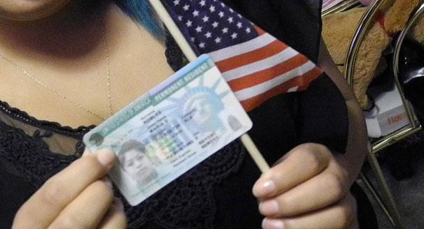 Suspensão da concessão do green card protegerá trabalhador americano, diz Trump.