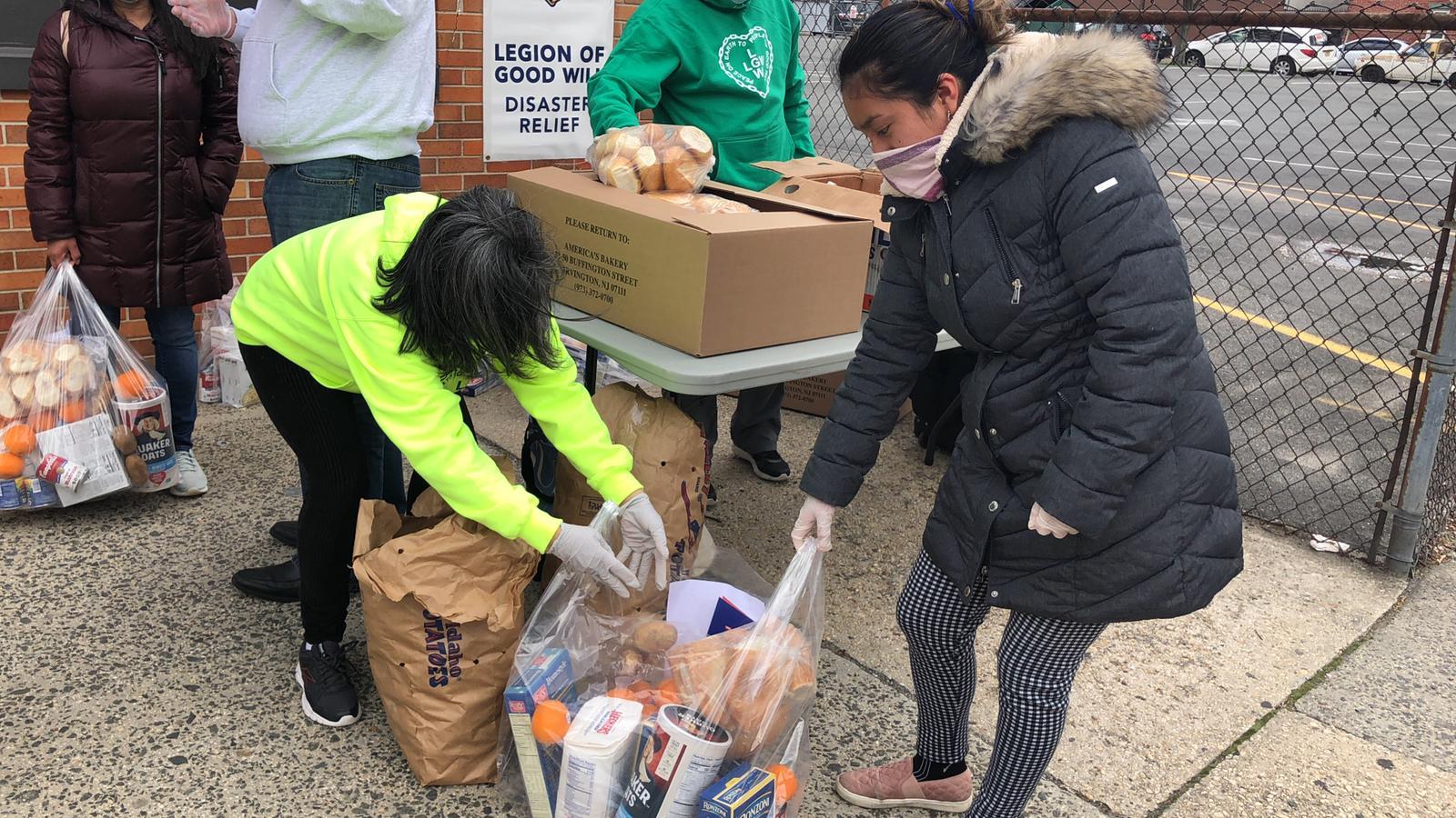 Ação solidária da LBV socorre famílias com cesta básica em Newark (NJ)