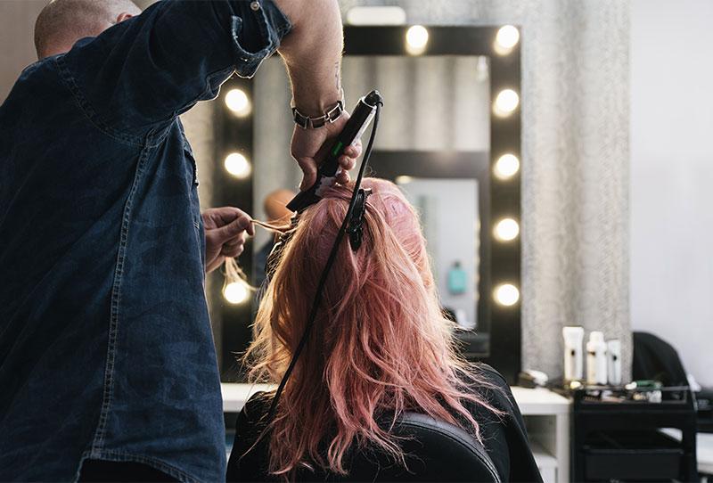 Salão de cabeleireiro e barbearia reabrem segunda, dia 11, na Flórida.
