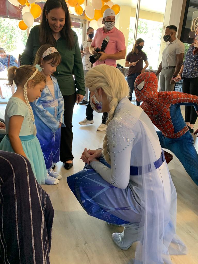 """Bolo, doce e diversão marcam inauguração da """"Sodiê Doces"""" em Orlando"""