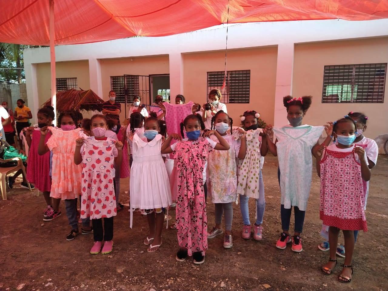 """""""Holding Hands"""" ajuda crianças do Haiti, República Dominicana e Brasil. Gesto de solidariedade!"""