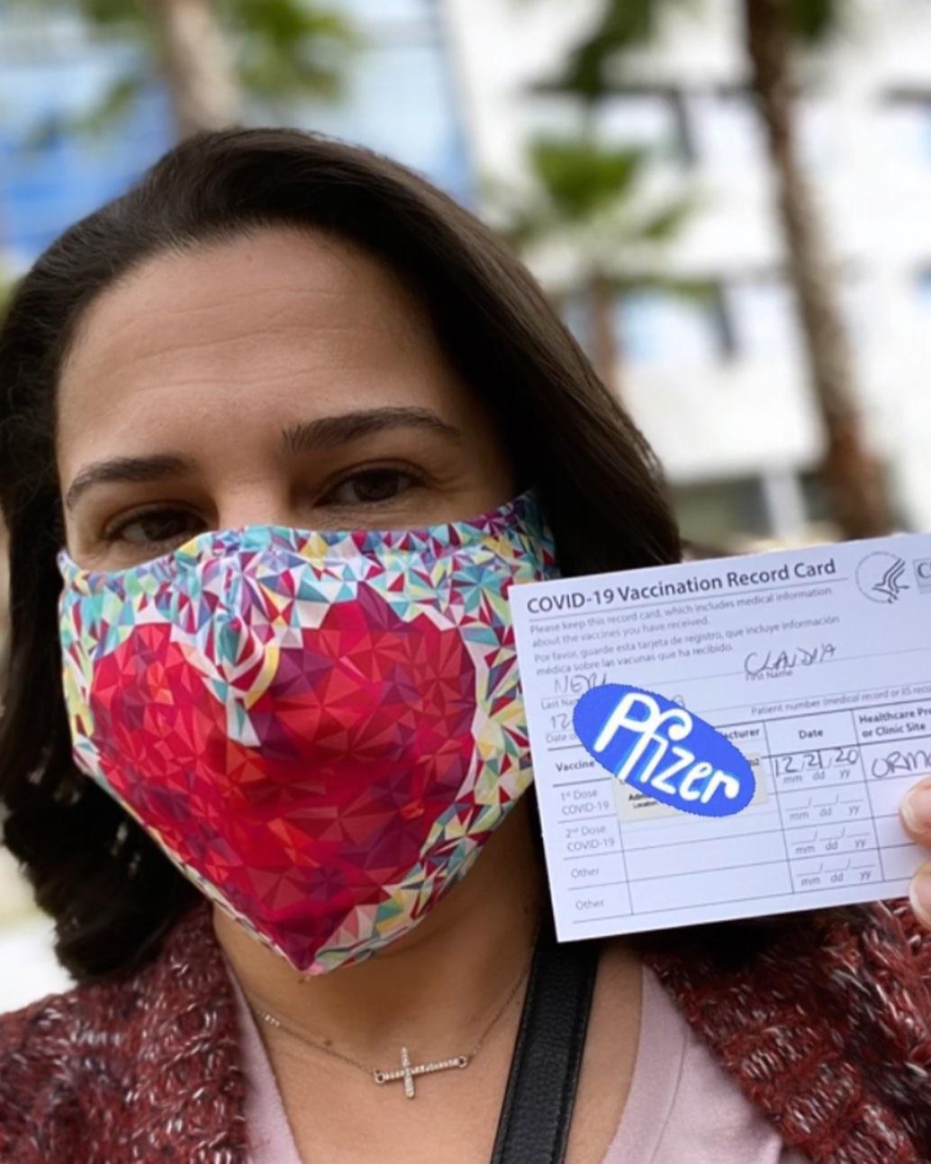 Fisioterapeuta brasileira em Orlando recebe dose da vacina contra Covid-19