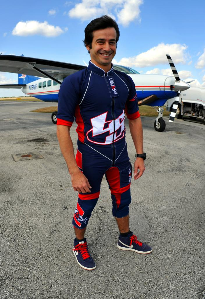 Instrutor de paraquedismo agencia atletas de esportes radicais. A trajetória de Tachinha!
