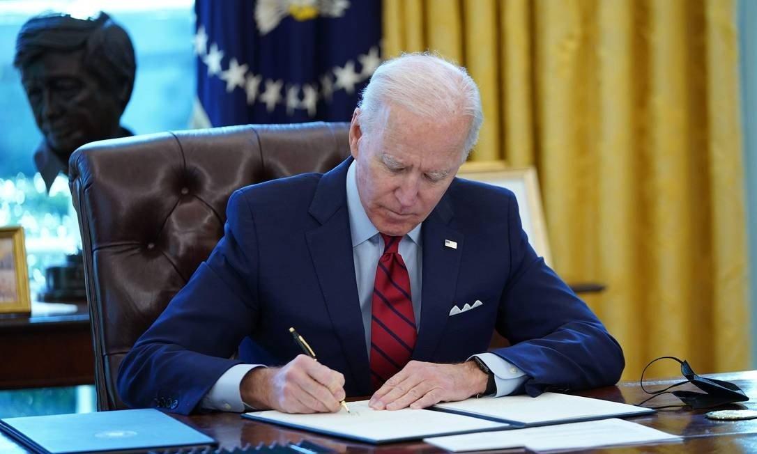 Biden revoga veto de Trump e autoriza grenn card e vistos de imigrantes
