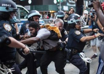 Morte de jovem negro em Mineápolis gera protestos e confronto com a polícia