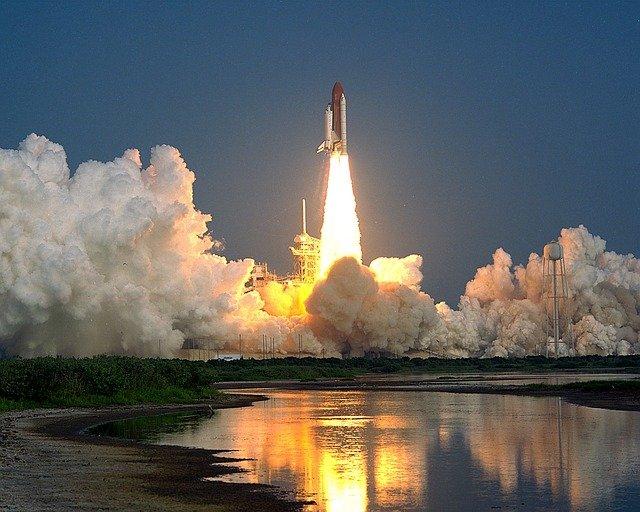 Foguete chinês descontrolado cai na terra neste sábado; comando espacial americano em alerta