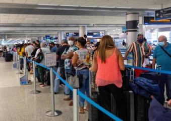 Passaportes digitais para vacinas? Como será o futuro de viagens internacionais?