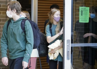 Uso de máscara em escolas da Flórida gera divisões políticas e debate entre educadores