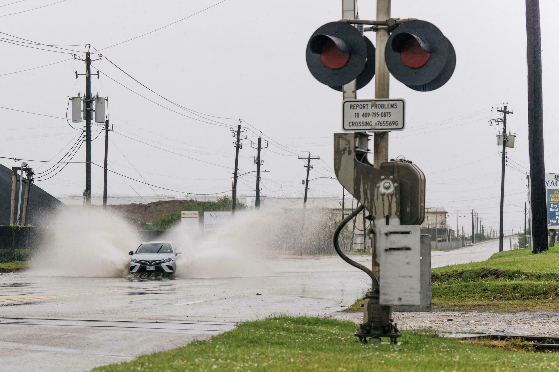Ao atingir o Texas tempestade Nicholas vira furacão; autoridades em alerta