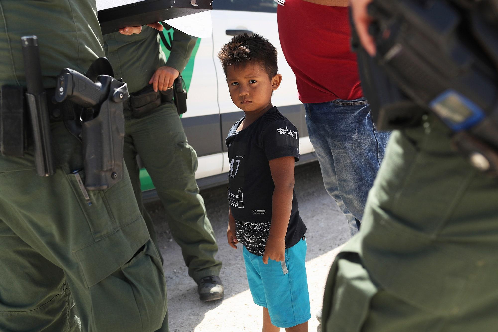 Buscas pelos pais de 303 crianças separadas na fronteira dos EUA-México