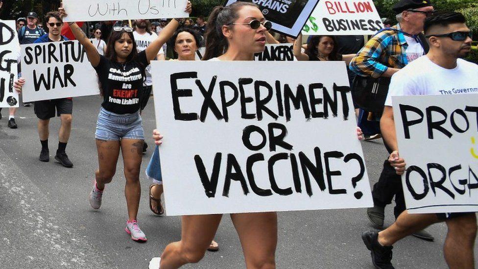 Por que enfermeiras e professores nos EUA se recusam a tomar vacina contra Covid?