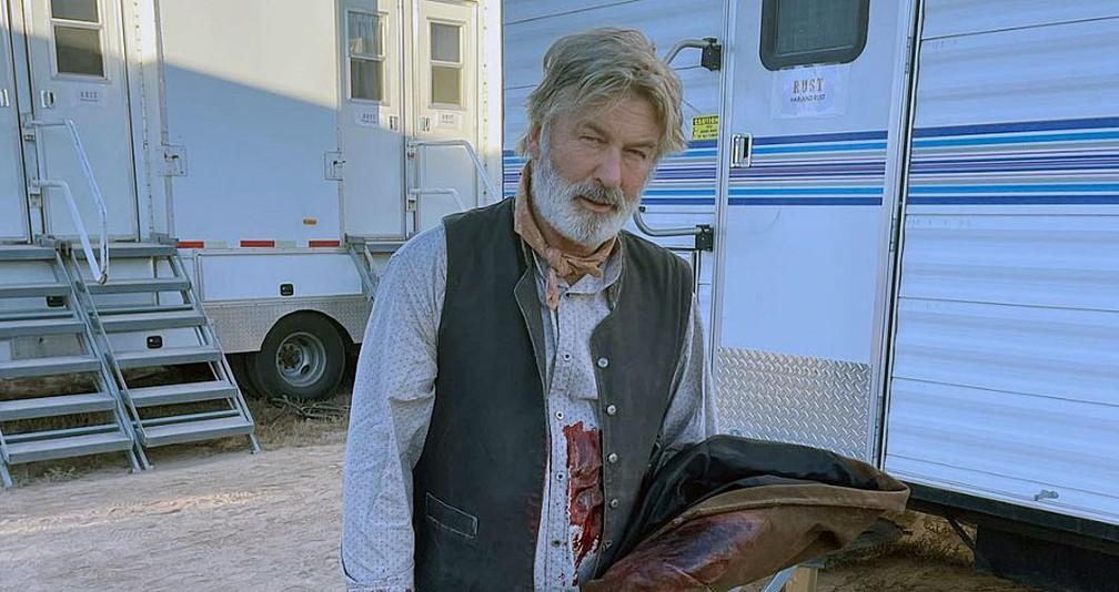 Alec Baldwin dispara arma de fogo durante filmagem e mata diretora de fotografia